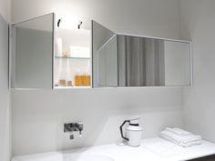 Badeinrichtung-Spiegelschrank-TEATRO von Antonio Lupi über der Badewanne Design-funktional