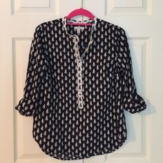 J. Crew Thistle Print Popover Shirt classic chic thistle print popover shirt from J. Crew. features banded collar and long sleeves. 100% cotton. excellent condition - no fading or stains. size 8. J. Crew Tops Button Down Shirts
