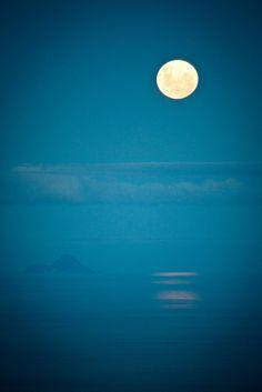 (            Moonrise over Whale Island, Mount Maunganui South, Tauranga, Bay of Plenty, New Zealand
