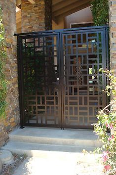 This dual entry gate is a beautiful design with lovely flow. Here is a fabulous custom double entry gate with FACTORY-DIRECT PRICING. Front Gate Design, Steel Gate Design, House Gate Design, Door Gate Design, Metal Garden Gates, Metal Gates, Modern Porch, Modern Entry, Front Gates