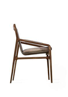 Ester ist ein Stuhl, den Architekt und Designer Giuseppe Bavuso für Alivar entworfen hat. Seine Silhouette ist spannend und ziemlich retro. Dennoch oder gerade deswegen passt er in zeitgenössische Umgebungen. © Studio Indoor srl Trends, Designer, Retro, Chair, Silhouette, Furniture, Studio, Home Decor, Environment