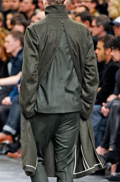 Visions of the Future: Dior Homme Autumn/Winter 2012 North Face Rain Jacket, Rain Jacket Women, Mode Masculine, Raincoats For Women, Jackets For Women, Fashion Details, Fashion Design, Hooded Raincoat, Sportswear