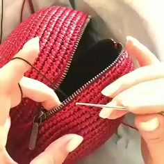 This Pin was discovered by fozCrochet Handbag Tutorial http:Crochet hand made Crochet Backpack Pattern, Crochet Clutch, Crochet Handbags, Crochet Purses, Crochet Baby, Knit Crochet, Crochet Stitches, Crochet Patterns, Handbag Tutorial