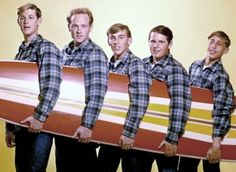 Rock and roll band 'The Beach Boys' pose for a portrait with a surfboard in August 1962 in Los Angeles California Brian Wilson Mike Love Dennis. Rock Roll, Rock And Roll Bands, Rock Bands, Surf Music, 60s Music, The Beach Boys, Ringo Starr, George Harrison, Paul Mccartney