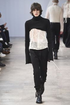 The complete Ann Demeulemeester Fall 2017 Menswear fashion show now on Vogue Runway. Fashion Week Paris, High Fashion, Winter Fashion, Fashion Show, Womens Fashion, Fashion Tips, Fashion Trends, Steampunk Fashion, Gothic Fashion