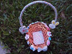 Cesta em vime decorada com flores, tecido, fuxico, botões e colhinho em EVA Aproximadamente 20 cm de comprimento por 24cm de altura R$ 17,00