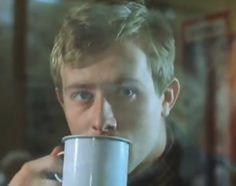 """""""A Short Film About Love"""". Tomek bebe un té y observa cómo Magda se marcha del Correo, tras comprobar que no había dinero girado a su nombre..."""