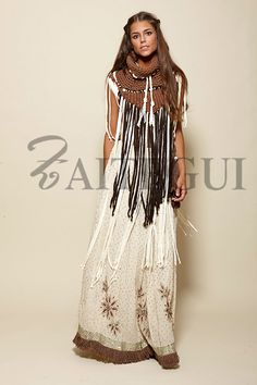Long raw skirt dotted with silver details - € Zaitegui - Fashion . Boho Gypsy, Hippie Boho, Look Hippie Chic, Boho Chic, Bohemian Mode, Gypsy Style, Bohemian Style, Boho Fashion, Fashion Looks