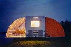 """la caravane parfaite! Le concept est juste génial ! Le """"De Markie"""" mesure 2 mètres de hauteur sur 4,5 mètres. Cette caravane de rêve a reçu le Prix du Public au Rotterdam Desig Prize en 1996. Et on comprend bien pourquoi ! L'initiateur de ce concept est Eduard Bohtlingk @Roos Aldershoff"""