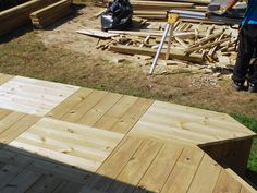 Plancher de patio en damiers Damier, Wood, Table, Furniture, Home Decor, Courtyards, Patio Flooring, Madeira, Homemade Home Decor