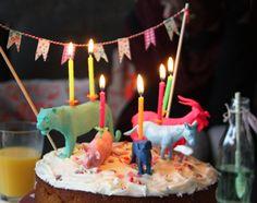 Caketoppers om zelf te maken: gekleurde dieren als kaarshouder op taart