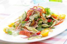 Pikantna sałatka warzywna z cytrusowym dressingiem. #sałatka #seler #ogórek #pomidory #sezam #kolacja #dzieńkobiet #smacznastrona #tesco #przepisy #przepis