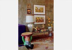 O canto dourado desta sala de estar tem 40 m² – reformado sob orientação do arquiteto Rodrigo Angulo – e traz xilografias de Dora Montani, compradas em uma feira de antiguidades, e o anãozinho - que serve como mesinha lateral