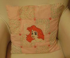 Ponto cruz: almofada Ariel em patchwork e bordado em miçangas e vidrilhos-1