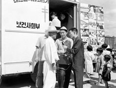 Mobile X-Ray provided by the National Institute of Tuberculosis for TB screening in rural areas of Korea, 1962  대한결핵협회결핵 검진차량의 전국 순회뢴트겐 검사