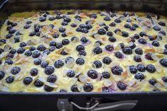 Einfacher Blechkuchen mit Schmand und Blaubeeren Simple sheet cake with sour cream and blueberries Blueberry Cake, Blueberry Recipes, Food Cakes, Cake Recipes, Snack Recipes, Dessert Recipes, Torte Au Chocolat, Sour Cream Cake, Easy Smoothie Recipes