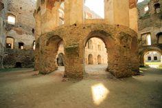 XVII-wieczny zamek Krzyżtopór wciąż przyciąga turystów swoją aurą tajemniczości. Na temat tego urokliwego miejsca krąży wiele legend.