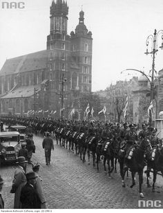 Przejazd oddziału szwoleżerów obok kościoła Mariackiego.