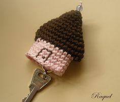 crochet tutorial for keychain ♥ Crochet Diy, Crochet Amigurumi, Crochet Gifts, Amigurumi Patterns, Knitting Patterns, Crochet Patterns, Crochet Hooks, Crochet Key Cover, Confection Au Crochet