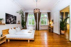 Wunderschönes Altbauschlafzimmer in Berlin-Mitte. Holzfußboden, das passende Bett, bodenlange kakifarbene Gardinen und Stuck an der Decke #Berlin #Schlafzimmer #Holz #Stuck #Altbau