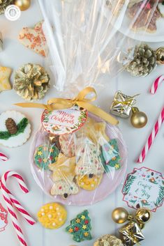 Who doesn't love a plate full of treats? Put cookies on a plate and package with cellophane and ribbon. And it doesn't even have to porcelain, paper or plastic plates will do just as fine. Place the biscuits on a paper napkin to make it look even prettier. Get this and 10 more cookie packaging ideas! #Christmas #foodgifts #cookiepackaging #freebie | countryhillcottage.com