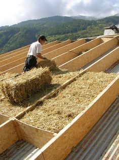 How to Build a Small Log Cabin Maison Earthship, Earthship Home, Natural Building, Green Building, Building A House, Straw Bale Construction, Eco Buildings, Roof Insulation, Casas Containers