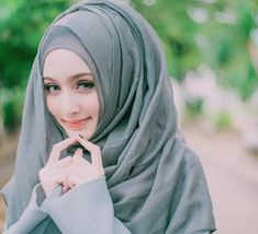 Beautiful Hijab Girl, Beautiful Muslim Women, Hijabi Girl, Girl Hijab, Girl Hiding Face, Video Hijab, Stylish Hijab, Niqab Fashion, Hijab Collection
