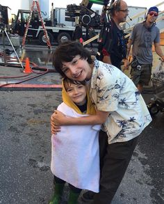 Georgie and Richie from IT! Georgie is: Jackson Robert Scott and Richie is: Finn Wolfhard Es Pennywise, Pennywise The Dancing Clown, Millie Bobby Brown, It Movie 2017 Cast, It The Clown Movie, Finn Stranger Things, Robert Scott, Jack Finn, Le Clown
