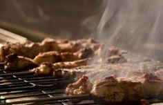 Πικάντικα χοιρινά κεμπάπ με πιπέρι καγιέν και ωμά κρεμμύδια - gourmed.gr