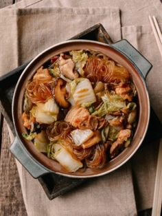 Braised Glass Noodles with Pork and Napa Cabbage is a traditional dish and Chinese comfort food from Northern China that families make all throughout China. Chinese Bbq Pork, Chinese Food, Chinese Sausage, Japanese Food, Pan Fried Noodles, Stir Fry Glass Noodles, Drunken Noodles, Wok Of Life, Napa Cabbage