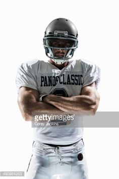 Studio portrait of american football player Stockfoto: Studioporträt des Spielers des amerikanischen Fußballs Senior Football Photography, Football Senior Photos, Football Players Photos, Sports Team Photography, Football Poses, Football Images, American Football Players, Senior Pictures Boys, Football Pictures