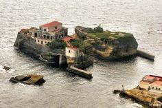 L'isola della Gaiola è un tesoro nascosto, si tratta di una delle isole minori presenti tra le acque del Golfo di Napoli. Si trova di fronte a Posillipo, al centro del Parco Sommerso di Gaiola, un'area protetta dell'estensione di circa 42 ettari. L'isola si colloca nelle immediate vicinanze della costa, a soli 30 metri di distanza dal bagnasciuga, ed è nota soprattutto per la fama leggendaria di luogo maledetto.