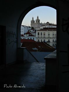 Túnel com vista para a igreja de São Vicente de Fora nas Portas do Sol, Lisboa.  Tunnel with views of the church of São Vicente de Fora in Portas do Sol, Lisbon.