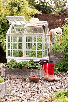 I'll call it Mini Greenhouse Diy Mini Greenhouse, Build A Greenhouse, Greenhouse Ideas, Townhouse Garden, Victorian Greenhouses, Cold Frame, Organic Gardening Tips, Home And Deco, Edible Garden