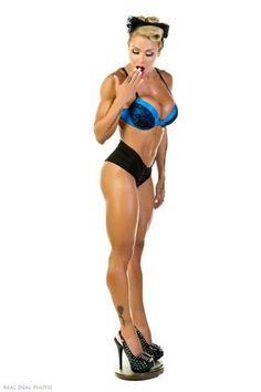 #Fitnessmodel mit tollen #Muskeln und unglaublichen #Quads