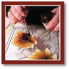 Initiez-vous au faux vitrail: Couleurs transparentes et opaques à base de solvant. Les couleurs s'utilisent conjointement avec le cerne relief pour réaliser de somptueux vitraux sur verre, acrylique, bois ou tout autre matériel.