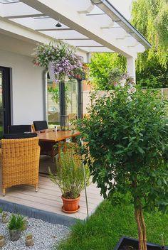 Sommer auf der Terrasse genießen.  #holzhaus #fertighaus #holzbau #terrasse #garten #rattanmöbel #rattan #pflanzen #lechuza #überdachung #neubau #reiheneckhaus #reihenhaus #townhouse #architektur #architecture #interior #design #einrichten #wohnen #schönerwohnen