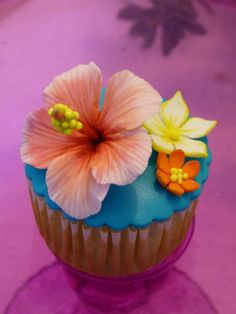 Outlook - salvabernal5@hotmail.com hawaian cupcake Hawaiian Cupcakes, Luau Cupcakes, Summer Cupcakes, Flower Cupcakes, Hawaiian Wedding Themes, Hawaiian Luau Party, Hawaiian Birthday, Tropical Party, Hawaii Cake