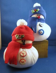 Cute alternative to sock snowmen Cottage Christmas, Noel Christmas, Diy Christmas Gifts, Christmas Projects, Christmas Decorations, Sock Snowman, Snowman Crafts, Holiday Crafts, Snowmen