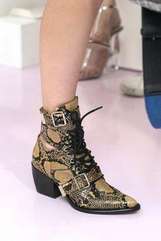 Le scarpe di moda del 2018 sono gli stivaletti e questi modelli di texani  visti alle 8f6898a93a0