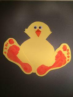 När vi ändå målade fötterna kunde Miranda, Oliver och jag inte låta bli att göra kycklingfötter också. Man kan dekorera dem med gula fjädrar också, men det had