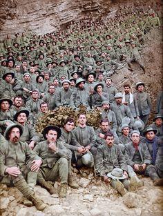 Italienische Gefangene nahe Flitsch, nach dem zweiten Kampf um Isonzo (Juli bis August 1915) in Slowenien