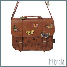 Mariposas y flores alegran esta bandolera ajustable, que cuenta con un bolsillo exterior y cierra con broches magnéticos. Tamaño: 32 cm