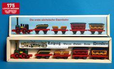 """Das Winterhilfswerk ließ 1942 in großer Stückzahl ein einfaches Modell der """"Saxonia"""" und einiger Wagen anfertigen und verkaufen. Der Erbauer dieser Nachbildung hat einen solchen Saxonia-Zug als Kind geschenkt bekommen und ihn nachgebaut."""
