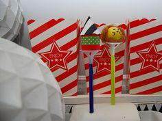 DIY- Sirkuhahmot puuhelmistä kakkukoriste - Humua -kaikkien juhlien ideapankki Childrens Parties, Cake Toppers, Flag, Party, Diy, Bricolage, Parties, Do It Yourself, Science