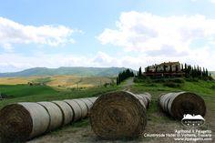 Balle di fieno, e Il Palagetto, con in lontananza Volterra.