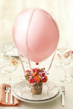 un jolie et simple deco anniversaire adulte avec ballon rose et fleurs