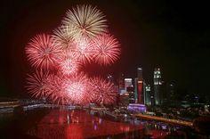 Les célébrations du Nouvel An autour du monde---------------------Des feux d'artifice illuminent le centre-ville de Singapour pour les célébrations du Nouvel An, le 1er janvier 2016.