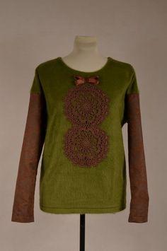 Sweter włochacz  z rękawami z tkaniny imitującej zamsz. Na przodzie koronkowy żabot z kokardą z taśmy rypsowej.