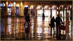 Les reflets de la Place Saint-Marc la Nuit, le long des Procuratie à Venise.